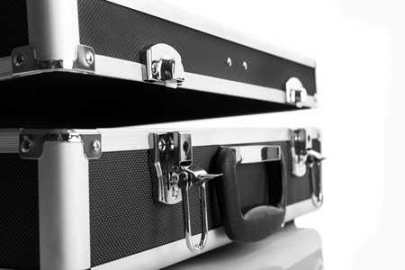 Ein Moderationskoffer aus Aluminium ohne Inhalt, welcher sich in einem weißen Hintergrund befindet.